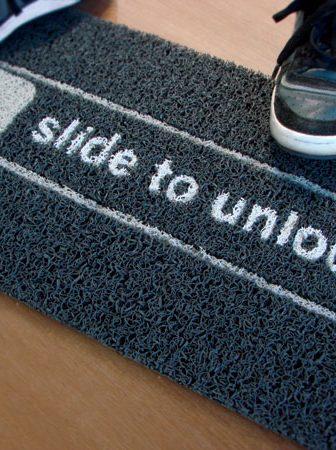 Slide To Unlock Doormat, il tappeto iphone