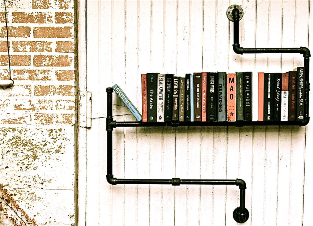 Industrial pipe bookshelf design miss for Arredamento stile underground