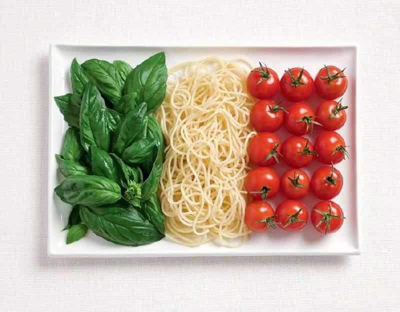 ITALIA: basilico, spaghetti e pomodori
