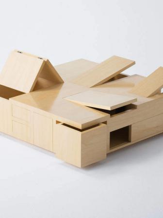 Kai Table, un tavolo a compartimenti segreti