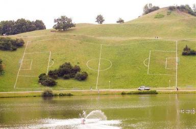 Campo da calcio in discesa