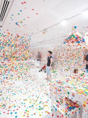 The Obliteration Room: Ecco cosa accade quando diamo migliaia di adesivi a dei bambini