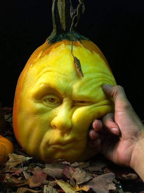rayvillafanepumpkinsculptures_Most Expressive Pumpkin Faces Ever-03
