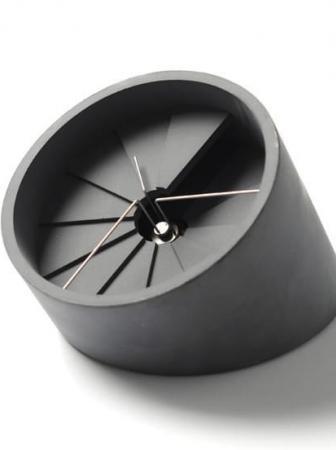 Orologio da tavolo in cemento e acciaio inox