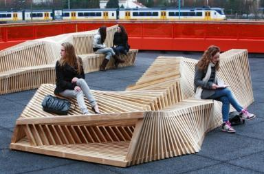Panche di legno sul Picasso Lyceum