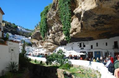 Setenil de las Bodegas, un villaggio costruito nella roccia
