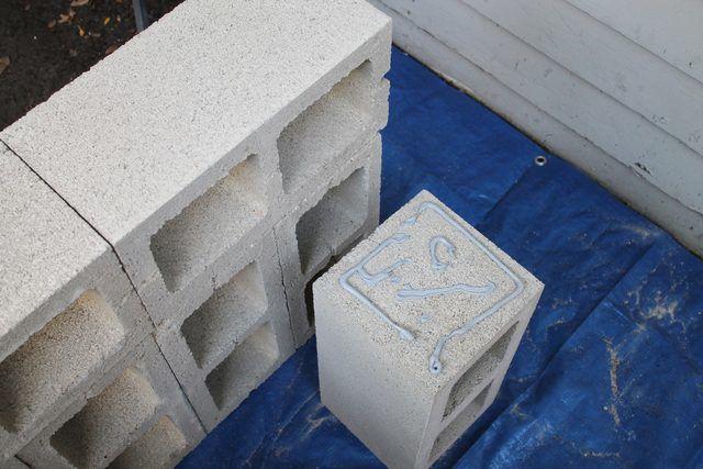 panchina da giardino con blocchi di cemento forati