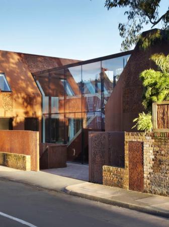 Kew House, una casa moderna costruita su un muro del XIX secolo