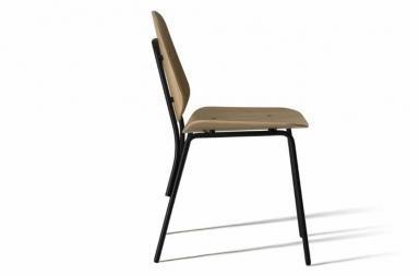 Una sedia versatile che riporta tra i banchi di scuola