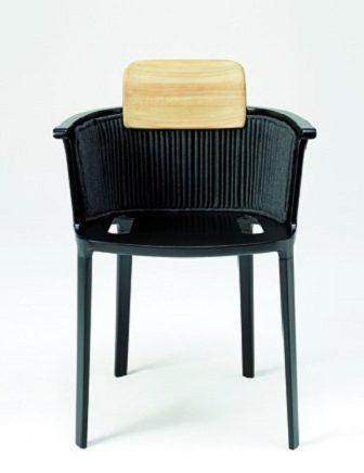 Una sedia di alluminio per l'indoor e l'outdoor