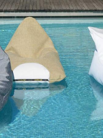 Pouf galleggianti per un'estate all'insegna del design