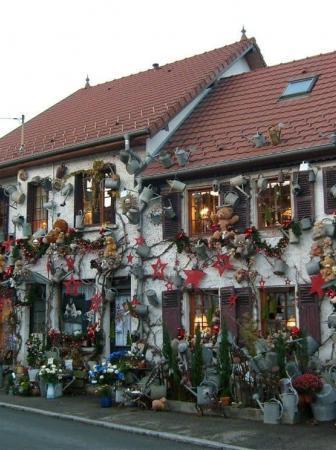 800 annaffiatoi decorano l'esterno di un negozio