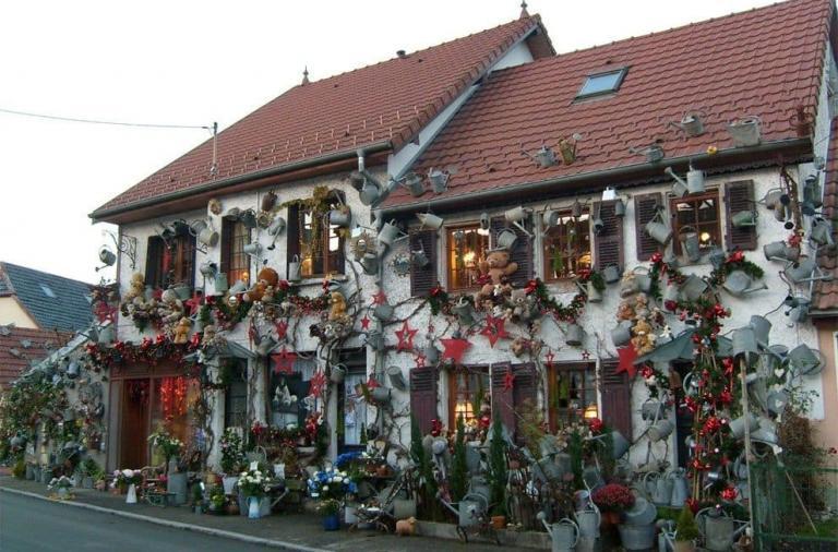 casa-decorata-con-annaffiatoi