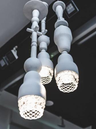 La lampada Fedora in tredici estrose interpretazioni