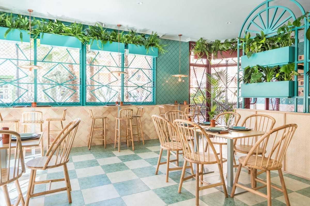 Raffia, mattoni, piante e elementi decorativi