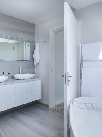 5 Idee e stili per personalizzare e arredare il bagno
