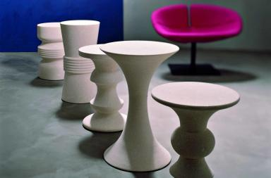 Tavolini e sedute in pietra ispirati al gioco degli scacchi
