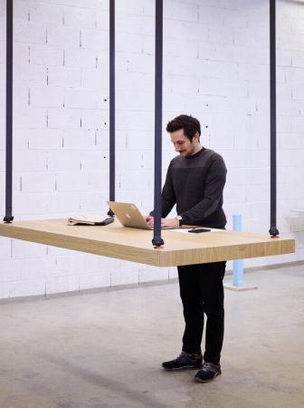 Flying Table: il tavolo sospeso sali-scendi per piccoli spazi